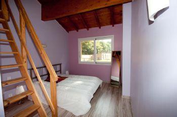 4 chambres avec 1 lit 2 places en bas et 2 lits 1 place en mezzanine. Salle de bain dans chaque chambre.